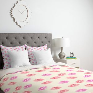 wonder-forest-kiss-kiss-lips-duvet-lifestyle-perspective-lightweight_1024x1024-1.jpeg
